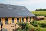 Un heureux mélange de modernité et d'ancien pour cette grange. 198 panneaux solaires photovoltaïques assurent l'étanchéité de la  toiture