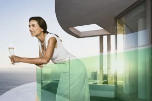 Ce balcon solaire photovoltaïque fournit plus de la moitié de l'énergie nécessaire à cet appartement